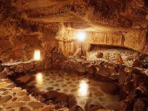 ライトハウス:洞窟温泉は2カ所、建築用の石を切り出した後の冒険映画風不思議空間。空いているときに自由に貸切OK!