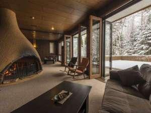 森の隠れ宿 たてしな薫風:暖炉に火が灯る中、優雅なひとときを・・・