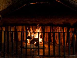 森の隠れ宿 たてしな薫風:パチパチと音を奏でる暖炉の傍で過ごす優雅なひとときを。