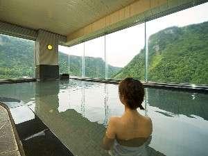 ホテル大雪:最上階大雪の湯の夏の景色。窓一面にダイナミックな景色をお楽しみいただけます。