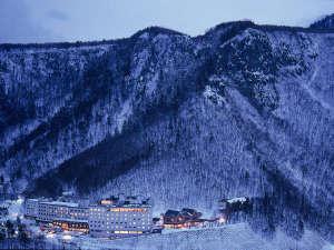 【外観(冬)】大自然に囲まれた層雲峡温泉で一番高台に建つホテル大雪