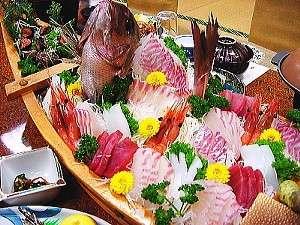 いなばや旅館:主人が釣った魚の舟盛りをお楽しみに!すべてのプランに付いています