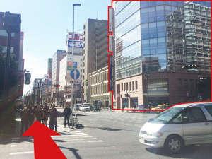 【道案内1】関内駅北口を出たら右へ。みずほ銀行を目印に横断歩道を渡ります