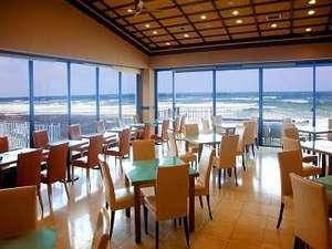 洋上に浮かんでいるような景色をご堪能頂けるレストランで、お食事を。