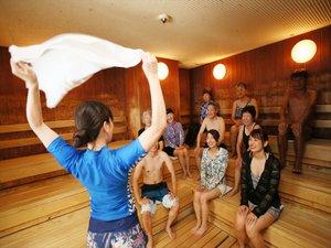 毎日開催アウフグース。サウナ室で熱した芳香液をタオルで仰ぎます