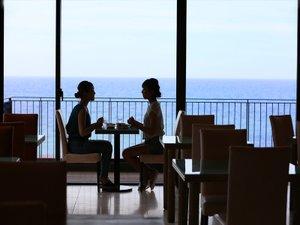 水平線を眺めながらほっとするお食事のひとときを