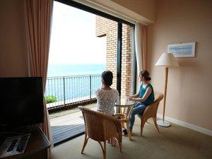 日本海を眺めながらお部屋でくつろぎの時間を