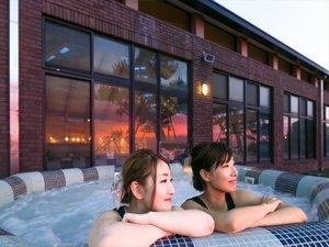 プールの屋外ジャグジーから日本海に沈む夕日を眺めよう