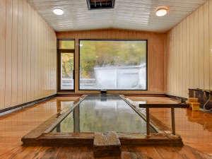 *【大浴場:男湯】開放感のある大きな窓から、白骨の自然も一緒に感じることができます