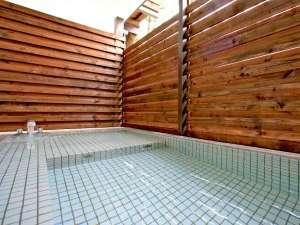【パブリックバスルーム】岩盤浴の後は開放的なお風呂で汗を流し、浅めの浴槽でゆったりと半身浴