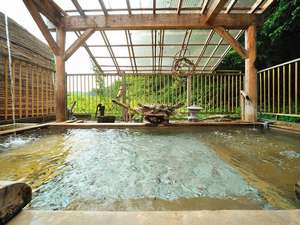おふろ好きの宿 旅館 しゃくなげ荘:大木に囲まれた打たせ湯泡湯のある(夏)健康露天風呂。緑に囲まれての森林浴をしながら露天を。◎(古木林)