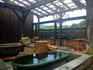 おふろ好きの宿 旅館 しゃくなげ荘:陶器風呂。冬季はお休みになります。