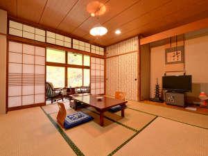 五色の湯旅館:*本館和室(客室一例)/渓谷をのぞむ純和室。窓からの景色は自然の中にとけこむよう。