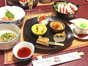 五色の湯旅館:*お夕食一例/四季を通じて食膳にならぶヘルシーな山の幸 川の幸をお楽しみください。
