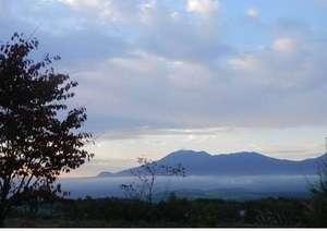 バラギ高原の宿 ホワイトドリーム:庭先よりの雲海に浮かぶ浅間山です。