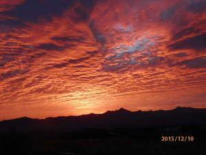 バラギ高原の宿 ホワイトドリーム:バラギ高原・・庭先よりの朝焼け