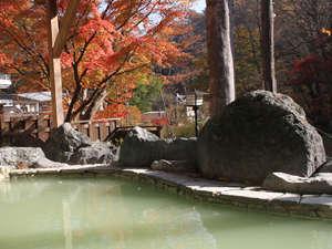 秘湯の宿 元泉館:秋には露天風呂から紅葉がお楽しみいただけます。