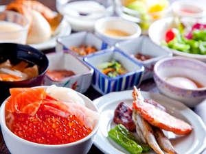 ラビスタ函館ベイ:【朝食】人気の海鮮丼や炙焼きの他、洋食・デザート合わせて約60種類のメニューを取りそろえた人気の朝食