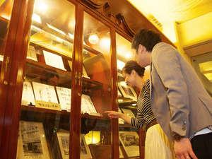 【ロビー展】当館の歴史の品々を展示しております。