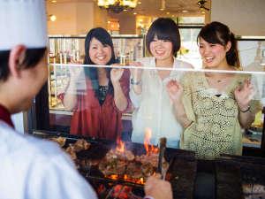 ホテルグリーンプラザ浜名湖:オープンキッチンでは、炭火焼肉や海鮮鉄板焼などお客様の目の前で焼き上げ、出来立てアツアツをご提供♪