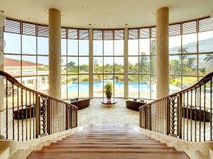 ANAインターコンチネンタル石垣リゾート:宮殿のような階段を降りると、開放感溢れる空間のビレッジスクエア。中庭へ抜けれます