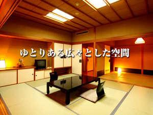 佐渡随一の源泉かけ流し 八幡温泉 八幡館:本館客室の10畳+6畳+ソファーコーナー付き、ゆとりある広々とした客室です