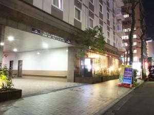 アパホテル<横浜関内>:駐車場入口(ホテル敷地内機械式立体駐車場)