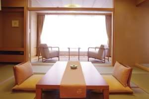 草津温泉 望雲:やわらかな光あふれる雲松庵客室(和室12.5畳+広縁6畳)