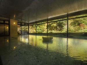 5つのお湯めぐり 小川温泉元湯 ホテルおがわ:秋の大浴場。紅葉をお楽しみください。
