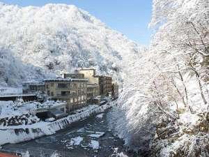 5つのお湯めぐり 小川温泉元湯 ホテルおがわ:白銀の世界に囲まれたホテルおがわ。耳に入るのは自然の音のみ。山の中の一軒宿
