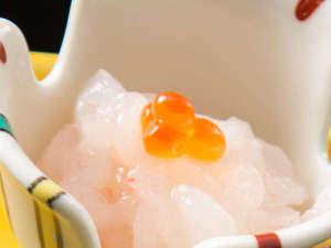 5つの露天風呂の宿 ホテルおがわ:富山湾の宝石と称される、白えびのお刺身。甘さが忘れられない一品に。