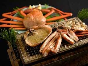 5つのお湯めぐり 小川温泉元湯 ホテルおがわ:活ズワイガニを香り立つ炭火焼で。