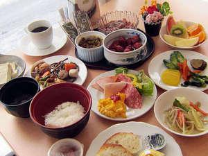 ホテルパールシティ秋田 川反(HMIホテルグループ):人気のホテルご朝食25品以上の和洋バイキング。コーヒー、ミルク、ジュース、お茶の各種ドリンク付き。
