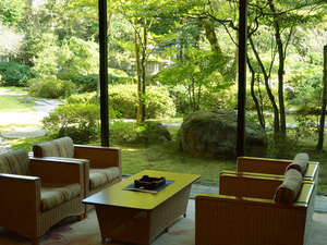 花の心のおもてなし 辻のや花乃庄:■ラウンジから見える緑の庭園♪
