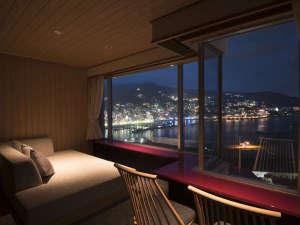 熱海後楽園ホテル:エクセレンシィルームではソファで寛ぎながら熱海夜景をご覧頂けます。