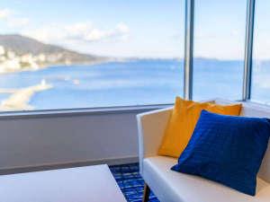 熱海後楽園ホテル:エクセレンシィラージルーム一例。洋室タイプ、窓からの景観は相模灘と熱海市街が一望♪