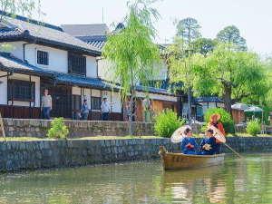 白壁となまこ壁が美しいコントラストを見せて倉敷川に影をおとし、伝統的な日本建築の美しさを残しています