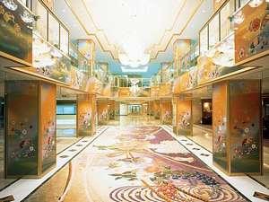 ホテルまほろば:友禅模様の柱やイタリア製シャンデリアなど豪華なロビー