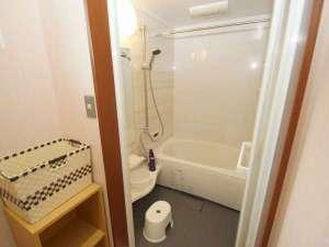 女性専用ゲストハウス 菜の花:2F浴槽シャワーのみのご使用は無料です。お湯貼りされる場合は300円になります。