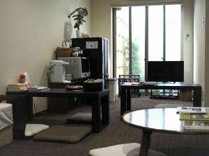 女性専用ゲストハウス 菜の花:1F談話室です。無料のお菓子やお茶などありますのでご自由にお召し上がりください冷蔵庫・レンジ有