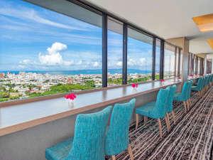アートホテル石垣島:石垣市街の街並みを見下ろし、その向こうに八重山の海と島々が180度のパノラマビューで楽しめる