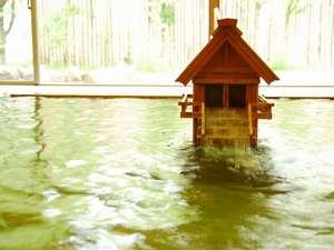 【大浴場】社をかたどった湯口から流れ出るお湯に身をまかせて、「神の湯」の効能を体感して下さい