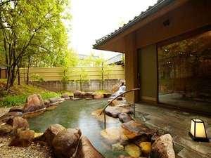 【露天風呂】大浴場の外には野趣あふれる岩の露天風呂も