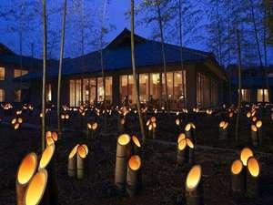 【竹あかり】竹の揺れる中庭に幻想的な竹灯籠を設置。食事処や廊下から眺められます