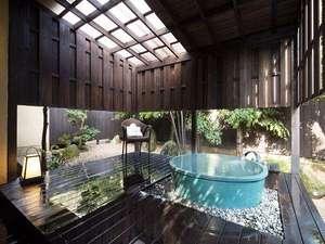 【1階客室】鮮やかな青が目に心地良い信楽焼の客室露天風呂で心身ともにリフレッシュ