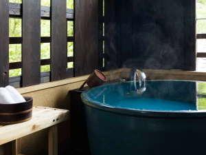 【2階客室】客室露天風呂は風格漂う信楽焼