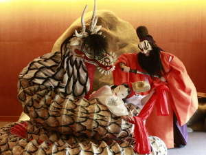 星野リゾート 界 出雲:夜は島根の伝統芸能「石見神楽」をスタッフが披露します