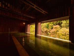 四季彩り 秋田づくし 湯瀬ホテル:半露天風呂「せせらぎの湯 和(なごみ)」の秋の風景。