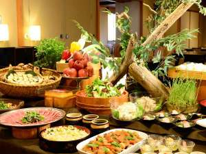 四季彩り 秋田づくし 湯瀬ホテル:夕食は和食出身の調理長が丹精込めて作り上げる創作ビュッフェ(バイキング形式)で。