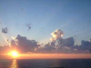 越前ガニの宿 三国温泉 荒磯亭(ありそてい):当館から見える夕日はドラマチック